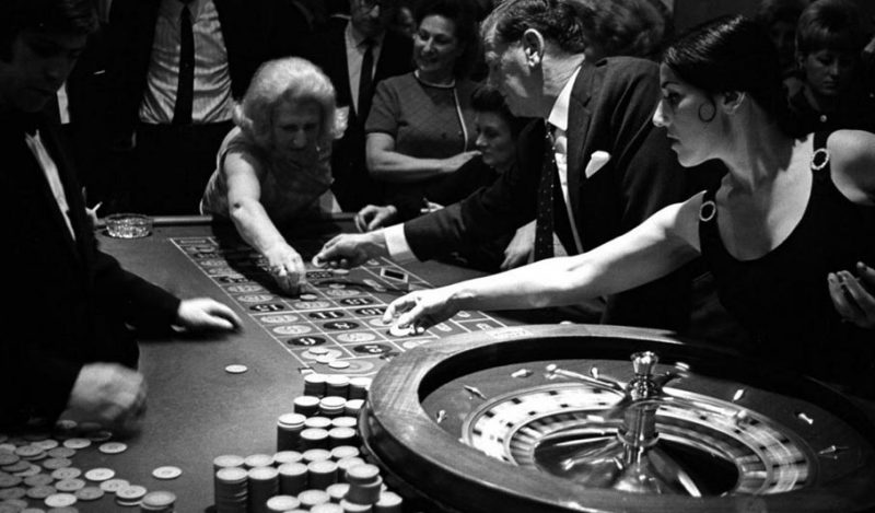 Old lady placing the bet on roulette using Pivot system.